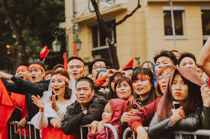 Bộ ảnh cưới độc đáo chụp đúng trận chung kết của U23 Việt Nam