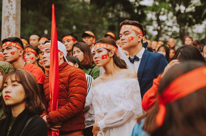 Bộ ảnh cưới độc đáo chụp đúng trận chung kết của U23 Việt Nam - 15