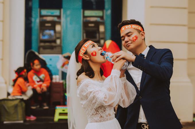 Bộ ảnh cưới độc đáo chụp đúng trận chung kết của U23 Việt Nam - 13