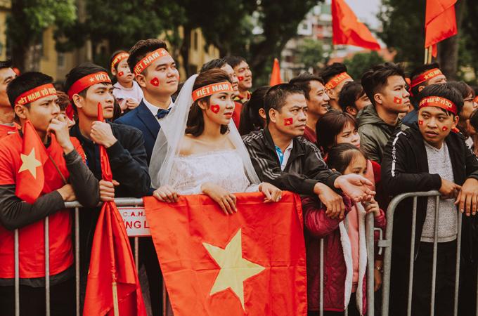 Bộ ảnh cưới độc đáo chụp đúng trận chung kết của U23 Việt Nam - 10