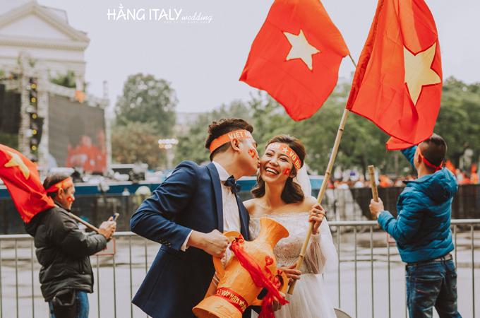 Họ đã cổ vũ từ đầu xuất đến tận giây phút cuối cùng cho đội tuyển Việt Nam, rất tiếc gì đội nhà không thể chiếu thắng. Ekip chụp ảnh hăng say đến mứccô dâu tối về cảm lạnh nằm vật trên xe.