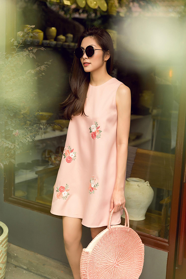 Người đẹp kết hợp váy không kén dáng đi cùng các kiểu túi cói, túi nan thường được ưa chuộng ở mùa xuân hè.