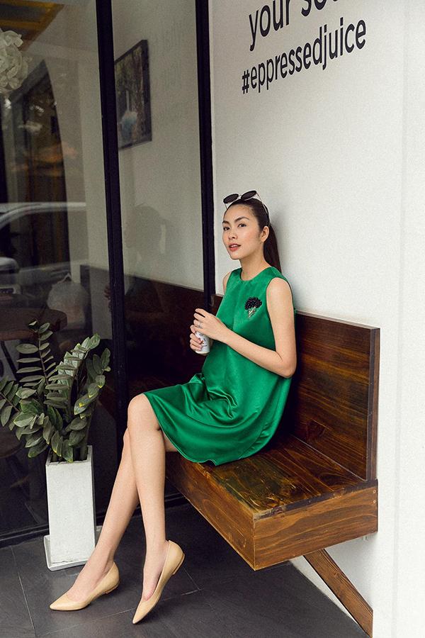 Các mẫu váy ngắn phù hợp với tiết trời mùa xuân phương Nam được thể hiện trên chất liệu vải lụa mịn màng với nhiều tông màu sáng.