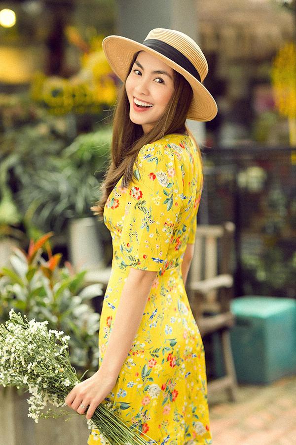 Dù lối trang điểmvà để kiểu tóc nhẹ nhàng, nhưng ngọc nữmàn ảnh Việt vẫn xinh đẹp hút hồn ở mọi góc nhìn.