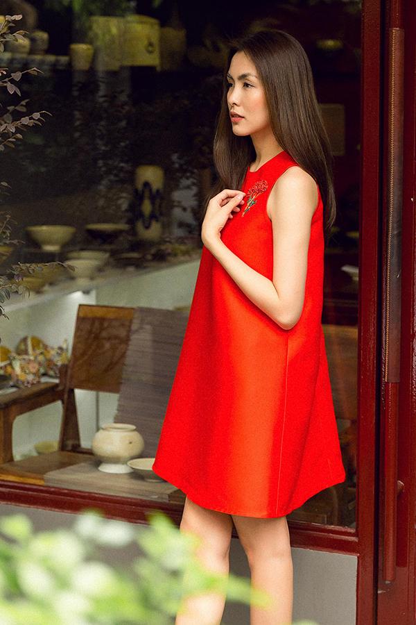 Hà Tăng là một trong những nghệ sĩ không quá cầu kỳ về cách ăn mặc, song cô luôn tạo được thiện cảm trước khán giả nhờ phong cách thanh lịch, đơn giản và hiện đại.