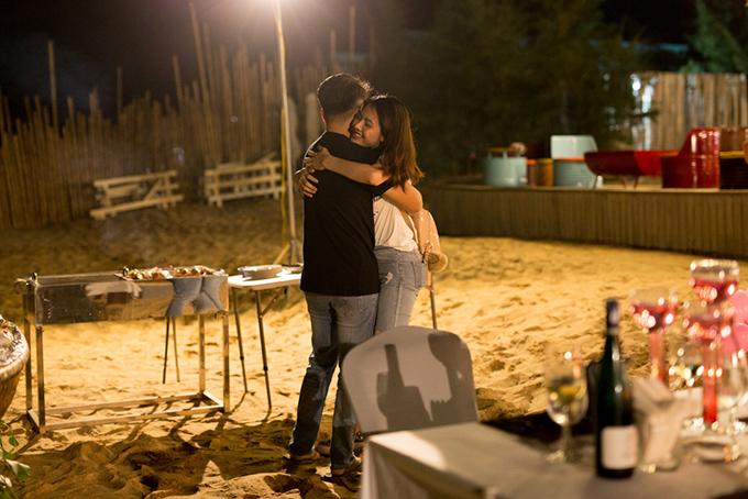 Khi Vân Trang vừa vào đến bờ, đèn ở khu vực bãi biển này bật sáng. Quý Bình dắt nữ diễn viênđi vào, cô vẫn chưa biết có ông xã ở đây. Khi nhận ra, cô hét toáng lên vì quá đỗi bất ngờ.