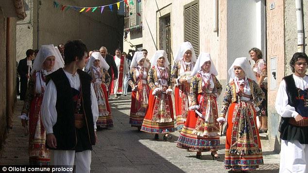 Dù dân số ít nhưng người dân nơi đây vẫn có giữ gìn các phong tục truyền thống.