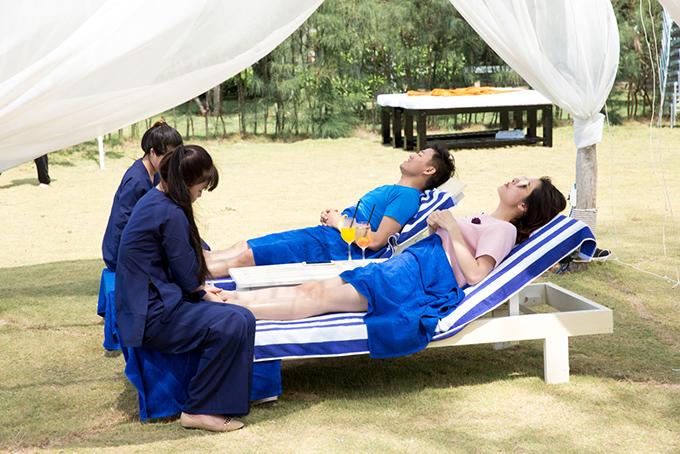 Họ cùng tận hưởng dịch vụ massage chân.
