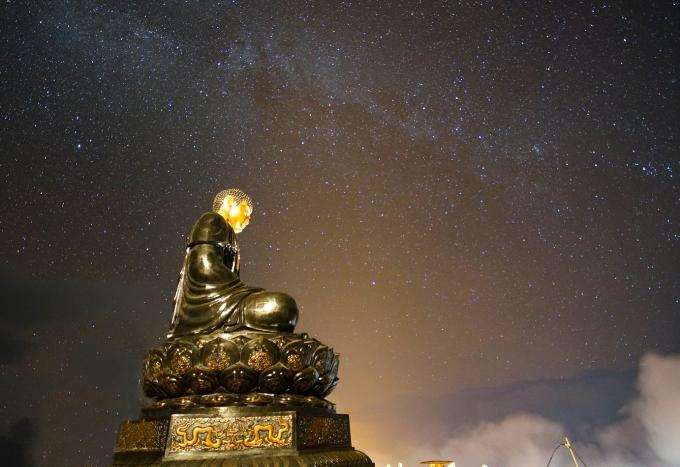 Đại tượng Phật được tạo thành bởi hàng vạn tấm đồng dày 5mm gia công tại chỗ, ốp trên một kết cấu khung sắt có thể tích gần 1.000m3.