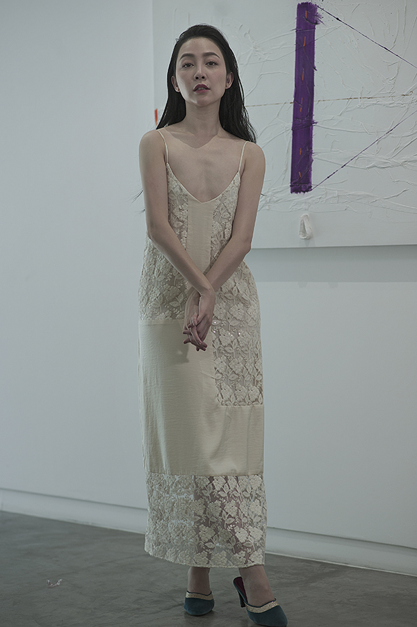 Váy hai dây, váy ngủ tiếp tục khơi nguồn cảm hứng sáng tạo để nhà mốt Việt mang đến nhiều kiểu váy tôn nét gợi cảm cho phái đẹp.
