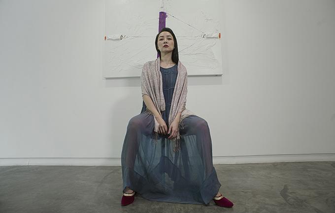 Li Lam chia sẻ: Tôi muốn bất cứ ai mặc trang phục của mình đều có cảm giácnhư thoát ra khỏinhững xô bồ của cuộc sống.