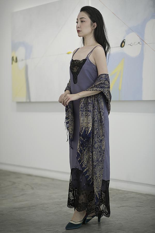 Bộ ảnh thực hiện trong bối cảnh tĩnh lặng của một phòng tranh tại TP HCM, với mục đích thể hiện sự êm dịu, khoan thai từ cảnh vật đến hình ảnh của người mẫu.