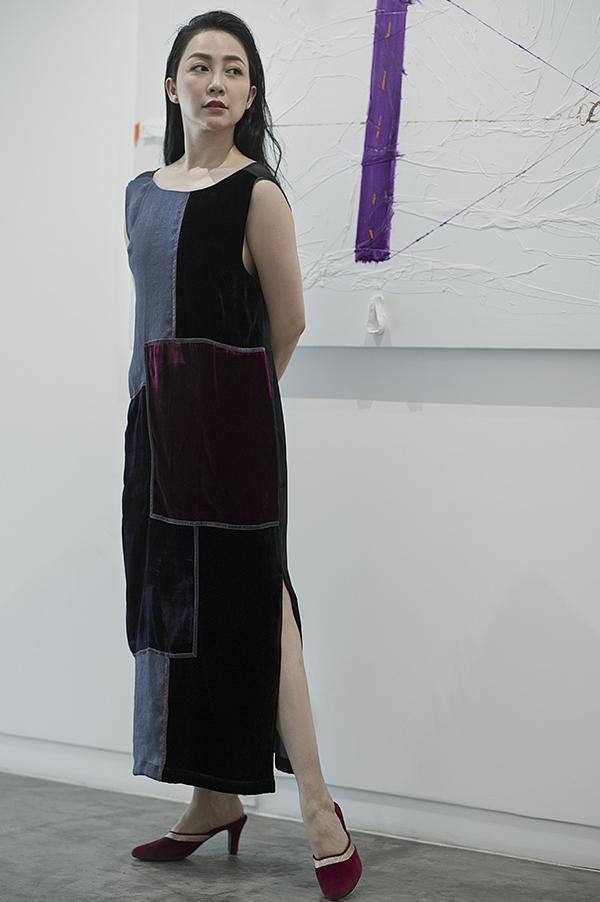 Trang phục của Li Lam có phomg dángđơn giản nhưng lại tạo được sự chú ý nhờtừng chi tiết được làm tỉmỉ, những nếp gấp tinh tế trên tay áo, gấu váy.