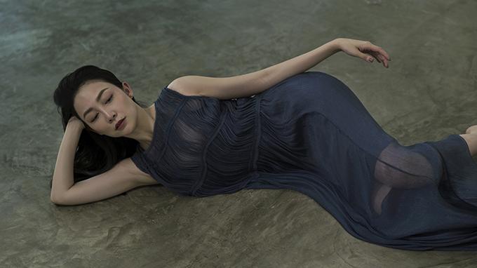 Chất liệu lụa mềm mượt mang lại sự thoải mái cho người mặc và góp phần tô đậm chất đàn bà luôn được nữ thiết kế chọn lựa khi xây dựng các mẫu váy.