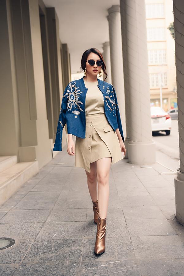 Phong cách trẻ trung cho các bạn gái hiện đại với chân váy cài nút tiệp màu áo, bomber đính kết cầu kỳ và bốt cổ thấp ánh kim hot trend.