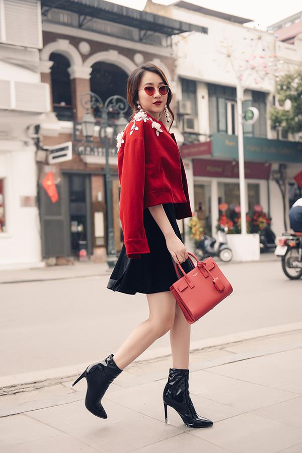 Trang phục có sắc đỏ ấm áp luôn là lựa chọn hàng đầu của phái đẹp ở mùa thời trang năm nay. Khi được thể hiện trên các chất liệu vải nhung, nỉ vải giả da lộn chúng lại càng có sức hấp dẫn cao.