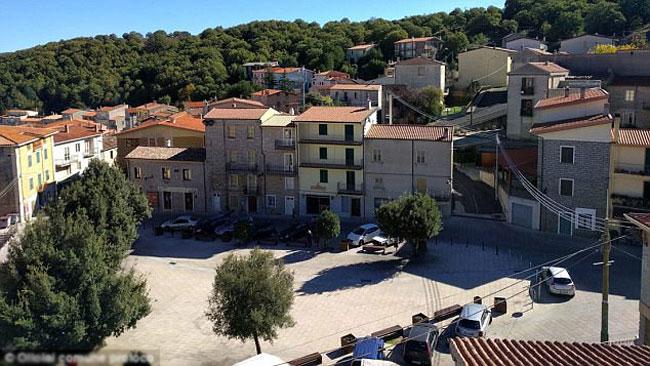 Thị trấn Ollolai nằm ở độ cao 970 m so với mực nước biển.
