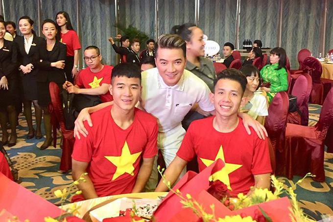 HHen Niê, Mr. Đàm hào hứng gặp tuyển U23 Việt Nam ở Sài Gòn - 5