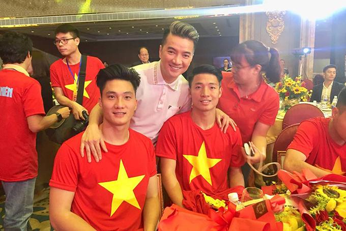HHen Niê, Mr. Đàm hào hứng gặp tuyển U23 Việt Nam ở Sài Gòn - 6