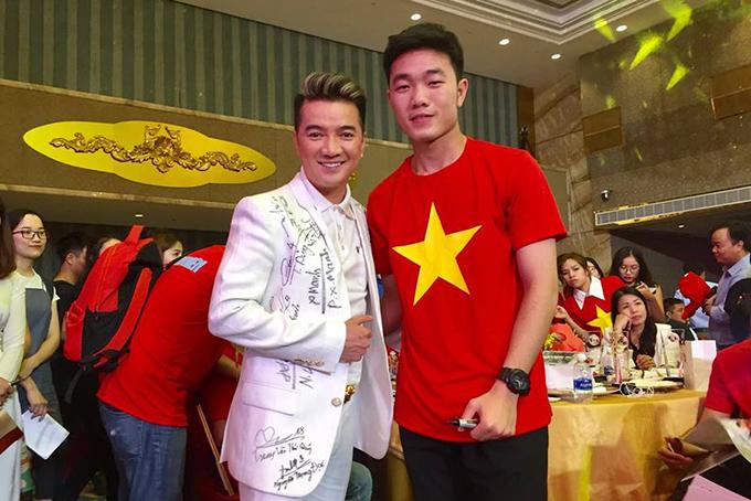 HHen Niê, Mr. Đàm hào hứng gặp tuyển U23 Việt Nam ở Sài Gòn - 9