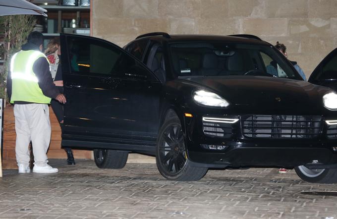 Kristen lái xe chở bạn gái về nhà sau bữa tối.