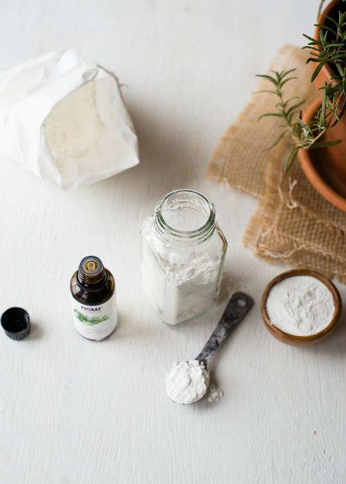 Bột dưỡng và dầu xịt giúp tóc xoăn, khô trở nên bồng bềnh, bóng khỏe