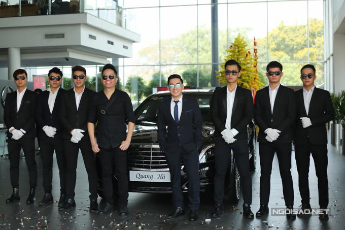 Anh trai Quang Cường (thứ tư từ trái qua) đi nhận xe mới cùng Quang Hà.