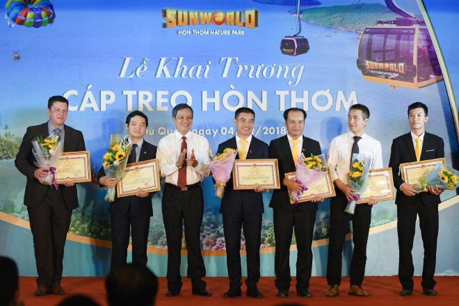 Lãnh đạo Phú Quốc trao bằng khen đơn vị có đóng góp cho công trình cho Sungroup.