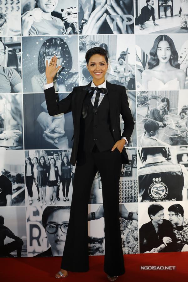 Dự một lễ trao giải cho các nhân vật truyền cảm hứng tối 4/2, HHen Niê mặc phong cách menswear. Đây là lần đầu Hen xuất hiện với hình tượng này kể từ sau đăng quang Hoa hậu Hoàn vũ Việt Nam 2017 nên gây ấn tượng mạnh.
