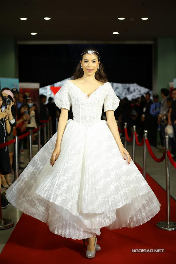 Trong khi đó, Hoa hậu Hoàn vũ Việt Nam 2015 Phạm Hương chọn phong cách của một nữ hoàng để tham dự sự kiện. Phạm Hương luôn gây chú ý với những bộ đầm lộng lẫy, gợi cảm.