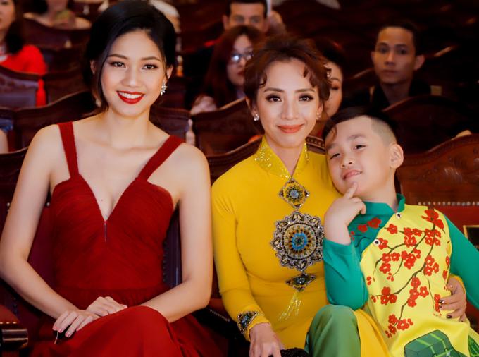 Á hậu Thanh Tú khoe vẻ gợi cảm với váy dây đỏ rực. Cô được vinh danh Người phụ nữ giữ gìn và quảng bá văn hóa đọc.