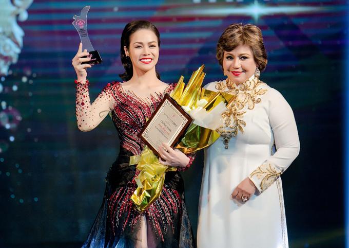 Nhật Kim Anh nhận giảiNữ nghệ sĩ, doanh nhân tài hoa.