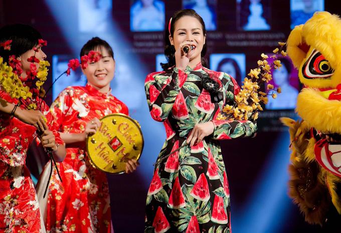 Nữ ca sĩ thay hai trang phục, khoe giọng hát một ca khúc xuân rộn ràngtrong sự kiện.