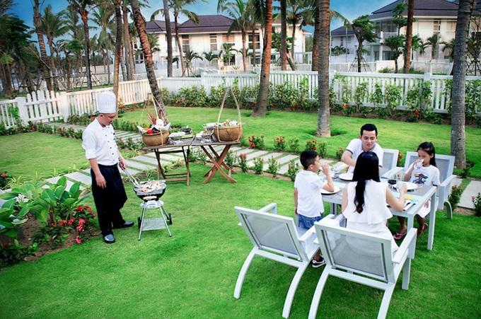 Từ nhiều năm nay, khu nghỉ dưỡng này đã trở thành một trrong những sự lựa chọn hàng đầu của các du khách trong và ngoài nước khi đến Đà Nẵng. Vị trí giữa trung tâm thành phố trên con đường resort nổi tiếng của khu nghỉ dưỡng cho phép du khách dễ dàng di chuyển tới các khu di tích lịch sử, văn hóa và địa điểm du lịch lớn như: viện bảo tàng Chăm, bán đảo Sơn Trà, Sun World Danang Wonders& Ngoài ra, du khách có thể ghé thăm phố cổ Hội An, vui chơi tại Sun World Ba Na Hills, sân golf Ba Na Hills Golf Club& để tận hưởng một kỳ nghỉ trọn vẹn đầy màu sắc.