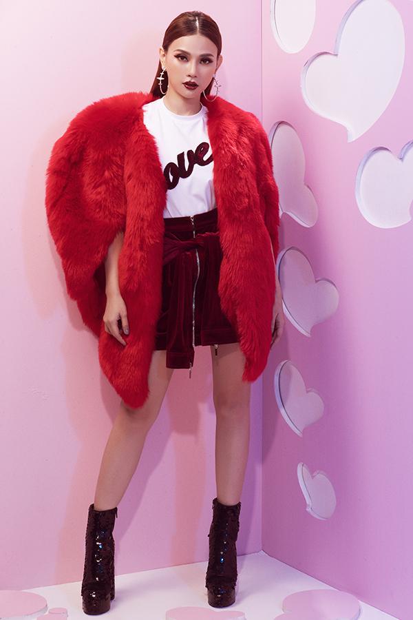 Tông đỏ tươi hợp mốt, đỏ đô sang trọng được đưa vào các kiểu chân váy ngắn, áo choàng lông hay trang trí ký tự trên áo thun trắng.