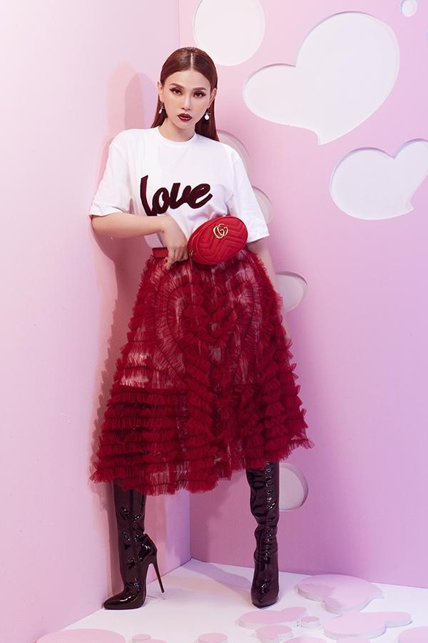 Hoạ tiết trái tim được xử lý khéo léo bằng nhiều chất liệu như nhung, voan và nỉ để tạo dựng phong cách cho cô nàng hiện đại trong mùa Valetines.