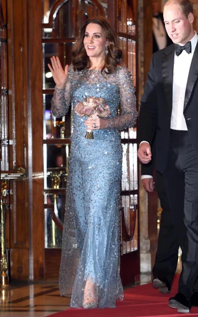 Váy áo thanh lịch của Công nương Kate khi mang bầu lần ba