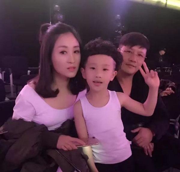 Sun Chuyang bên cạnh bố mẹ.
