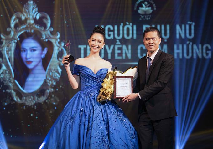 Á hậu Hà Thu mặc lộng lẫy lên sân khấu nhận giải Người phụ nữ truyền cảm hứng.