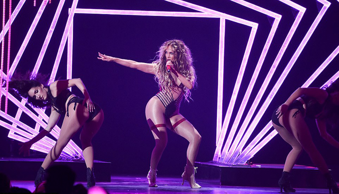 Nữ ca sĩ như mang show diễn nóng bỏng All I Have từ Las Vegas tới Minneapolis và thậm chí concert đặc biệt này của cô được đánh giá là hoành tráng, sống động và cuồng nhiệt hơn hẳn.