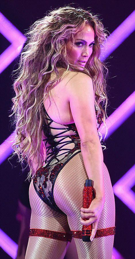 Jennifer Lopez vừa có màn trình diễn bùng nổ một ngày trước khi diễn ra trận chung kết siêu cúp bóng bầu dục (Super Bowl) tại thành phố Minneapolis.