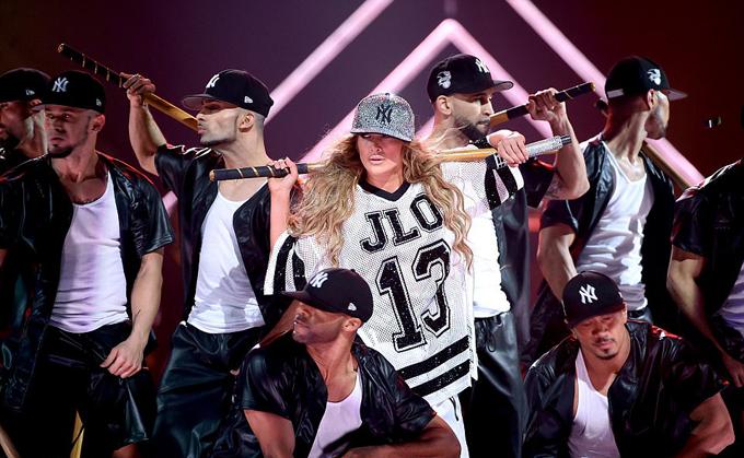 J.Lo đã quyên tiền từ đêm nhạc cho các quỹ từ thiện.