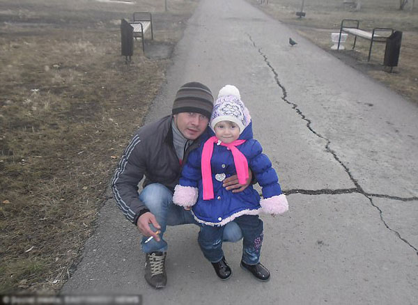 Andrey đã ly dị vợ, có một con gái nhỏ 5 tuổi và thường xuyên hút thuốc lá.