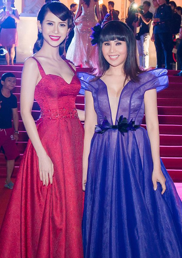 Á hậu Đại sứ Du lịch thế giới 2017 Liên Phương và hoa hậu Hằng Nguyễn (phải) khoe ngực đầy lấp ló.