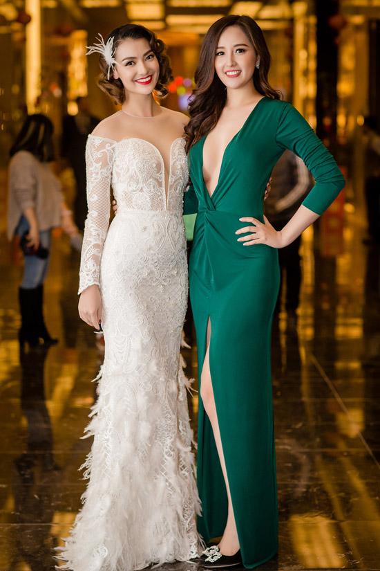 Tại event, côrạng rỡ hội ngộ chân dài Hồng Quế. Cả hai vốn cùng hoạt động trong một công ty người mẫu trước thời điểm đăng quang Hoa hậu Việt Nam 2006.