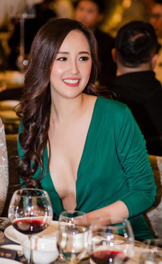 Khi còn hăng hái tham gia showbiz, Hoa hậurất chuộng phong cách sexy, triệt để khoe vóc dáng. Một năm trở lại đây, cô tập trung kinh doanh nên không còn xuất hiện nhiều.