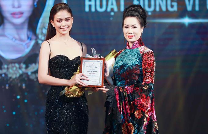Á hậu Trịnh Kim Chi trao giải Người phụ nữ hoạt động vì cộng đồng cho đàn em Mâu Thủy.