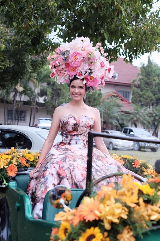 Cùng với các bạn, Hoa hậu Trái đấtPaweensuda Drouin ngồi trênchiếc xe mui trần và đi diễu qua các con phố rực rỡ sắc hoa.