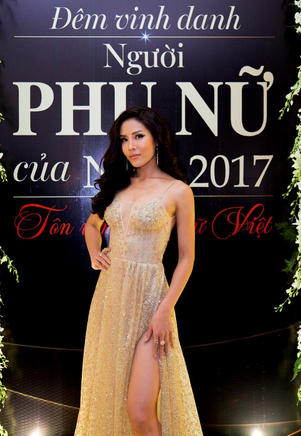 Người đẹp Nguyễn Thị Loan cũng xuất hiện với bộ cánh xuyên thấu sexy.