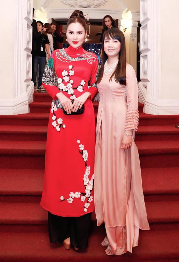 Hoa hậu Hòa bình Thế giới 2017 Phương Lê diện áo dài họa tiết hoa đào đi trao giải